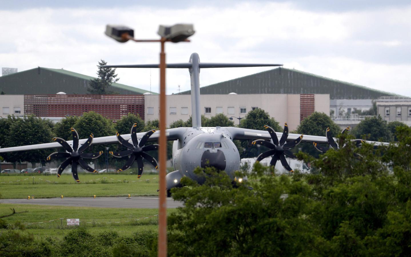 Een Airbus A400M waarmee naar verluidt twaalf kinderen van Franse jihadisten en twee Nederlandse weesjes naar Frankrijk werden gevlogen, staat geparkeerd op de luchthaven Velizy-Villacoublay, op 10 juni 2019.
