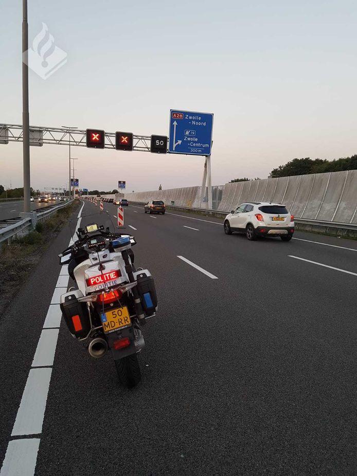 Motoragenten surveilleerden na klachten over weggebruikers die rode kruisen negeerden op de A28 bij Zwolle.