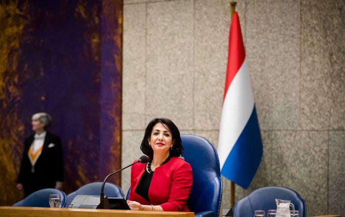 November 2017: Kamervoorzitter Khadija Arib voor de Nederlandse vlag in de plenaire zaal van de Tweede Kamer. De SGP in Altena ziet ook graag een Nederlandse vlag op een standaard in de raadzaal van Altena geplaatst worden.