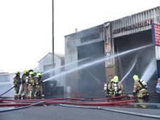 Meerdere auto's in garagebedrijf Rotterdam-IJsselmonde in brand