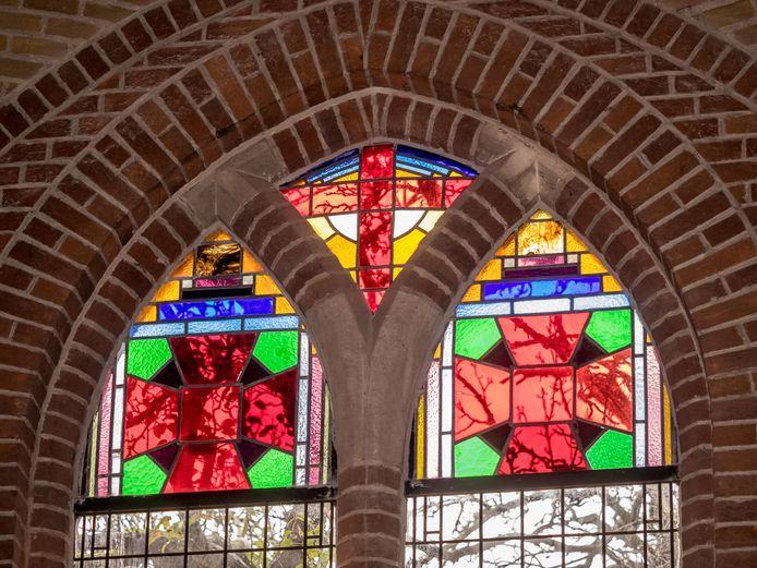Eerder gerenoveerde glas-in-lood ramen in De Kirke, archieffoto.