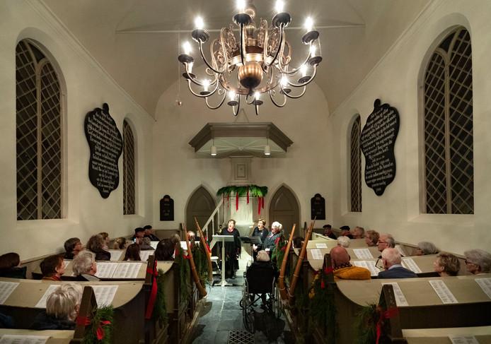 Muzikanten van Dikkemik in het Kouwenbergs kerkje in Aarle-Rixtel.