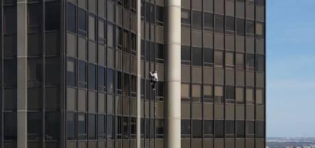 Un jeune grimpeur escalade la tour Montparnasse
