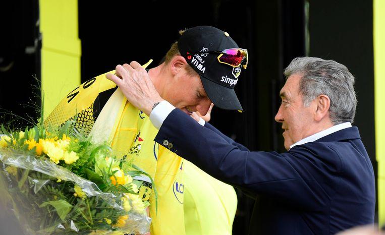 Teunissen krijgt zijn gele trui van Eddy Merckx.