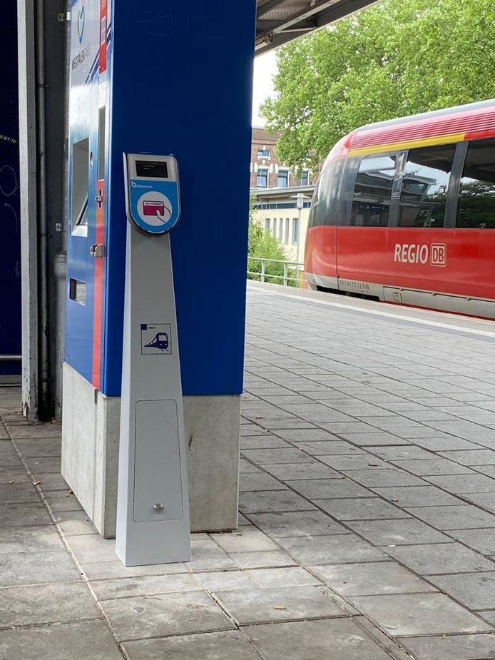 De Nederlandse ov-chippaal op het station van Gronau. Vanaf 1 augustus kan er grensoverschrijdend met de trein gereisd worden tussen Enschede en Gronau.