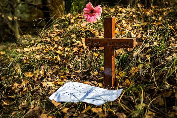 Een gedenkteken in natuurgebied de Posbank waar in 2003 de 44-jarige Alex Wiegmink verdween tijdens een rondje hardlopen.