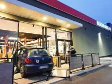 Vrienden geven elkaar rijles en rijden Burger King-restaurant binnen
