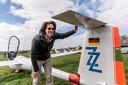 Jasper Dekkers maakt zijn vliegtuig klaar om te gaan vliegen. Foto: THOMAS SEGERS / Van Assendelft