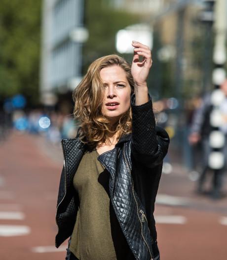 Jelina danst eenzaam op Vredenburg om gehaastheid weer te geven