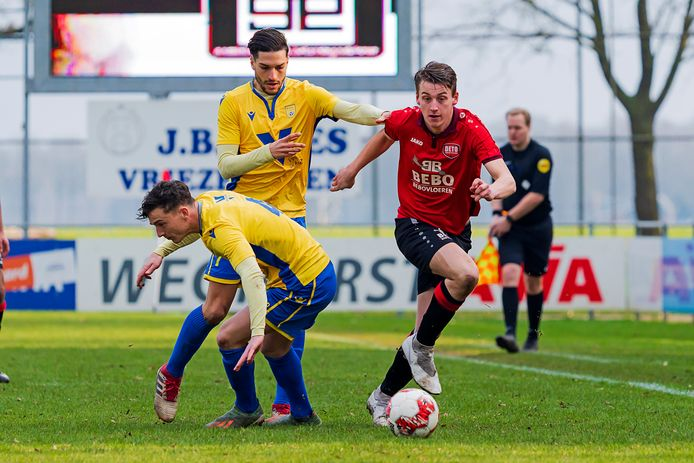 Dave Knikker, voorgrond bukkend, gaat volgend voetbaljaar voor azijn achtste seizoen bij NSC Nijkerk.
