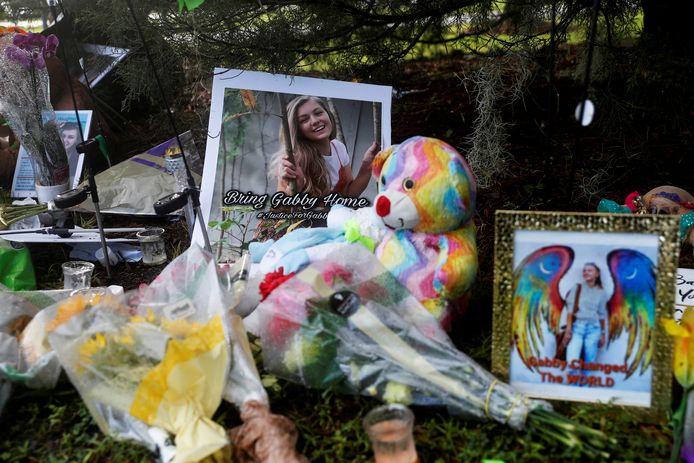 Op de plaats in een nationaal park in Wyoming waar het lichaam van Gabby Petito werd gevonden, is een herdenkingsplek ingericht.