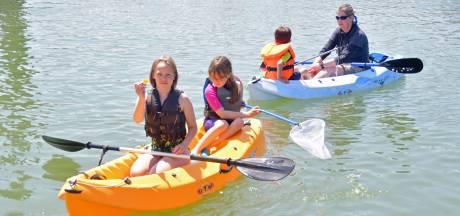 Jeugdleden Watersportvereniging Breskens vissen 12,5 kilo aan afval uit de jachthaven