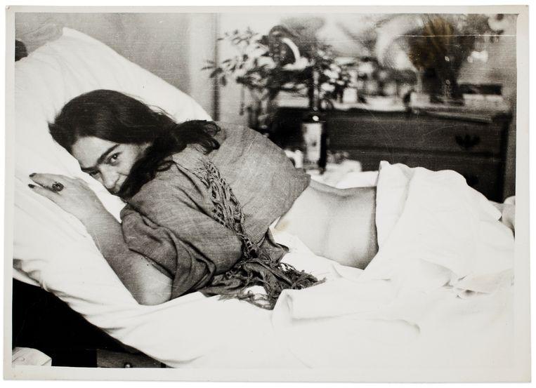 'Frida stomach down', door Nickolas Muray, 1946. Foto van de kunstenares Frida Kahlo, ook te zien op de expo. Beeld © Frida Kahlo Museum