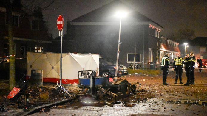 De ravage in de Gerststraat was na de explosie enorm. Achter het zeil, de plek waar Henk Kempers om het leven kwam.