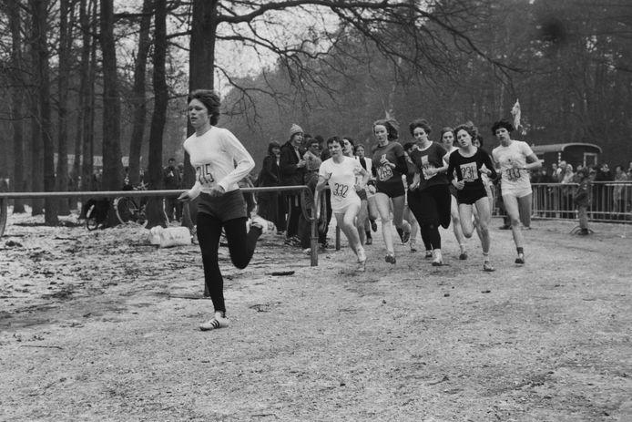 Annie van de Kerkhof zoals ze in de jaren zeventig onder de naam Van Stiphout bekendstond, op kop van een veldloop.