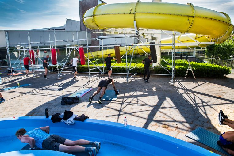 Bij sportschool van Egmond Fitness & Boxing in Oud-Beijerland maken ze creatief gebruik van de ruimte bij het zwembad. Beeld Arie Kievit