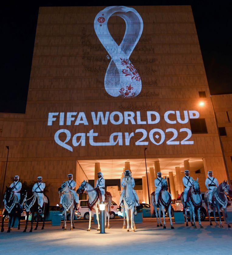 Het officiële embleem van het WK aan het Msheireb-gebouw in hoofdstad Doha.  Beeld EPA