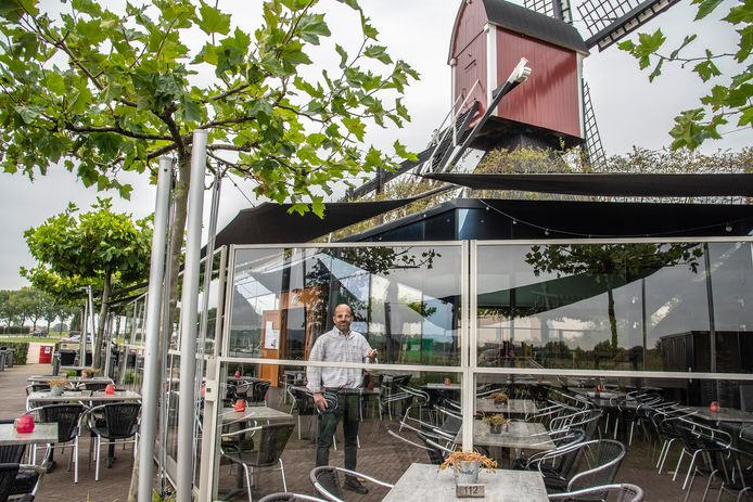 Pierre Vink van de Thornsche Molen houdt zijn terras met windschermen en schaduwdoeken ook bij minder goed weer comfortabel.