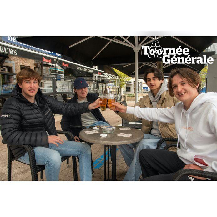 Bram, Steffen, Pablo en Aäron klinken op de heropening op het terras van De Beurs in Wetteren