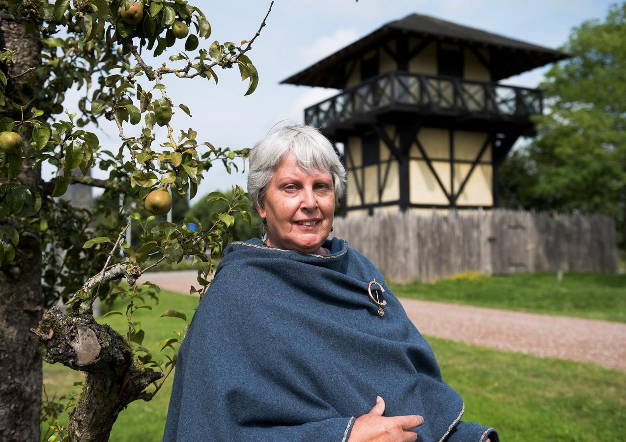 De Limes is uitgeroepen tot werelderfgoed. Vera van der Sluis, museumdocent bij Castellum Hoge Woerd, poseert in zelfgemaakte Romeinse kledij, met op de achtergrond een Romeinse wachttoren.