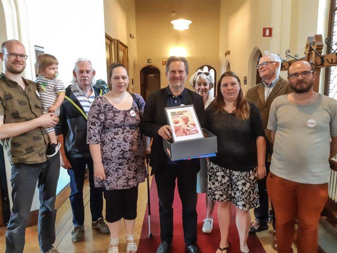 PVDA-raadslid Jef Maes trekt met een petitie voor meer maatregelen in de strijd tegen armoede, met meer dan 850 handtekeningen, naar het stadhuis.