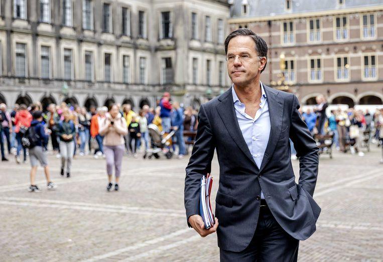 Mark Rutte (VVD) staat de pers te woord na een gesprek met informateur Mariette Hamer en Sigrid Kaag (D66) over de kabinetsformatie.  Beeld ANP