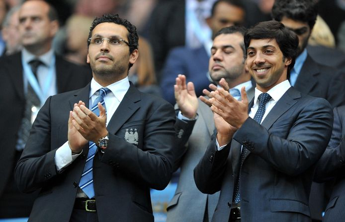 Sjeik Mansour met Man City-voorzitter Khaldoon Al Mubarak (l).