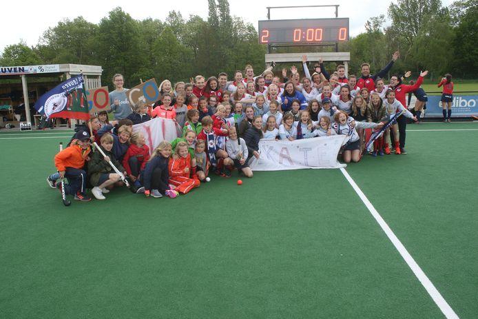 Legertje jonge fans schreeuwt vrouwen KHC Leuven naar halve finales Belgische titelstrijd