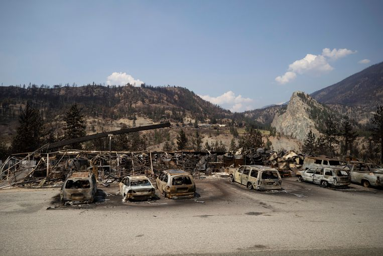 Uitgebrande auto's in de buurt van Lytton. Het plaatsje aan de westkust van Canada brandde helemaal uit. Beeld AP