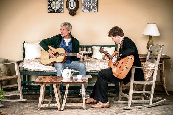 Muzikanten in hart en ziel: Jan Leyers en Stef kamil Carlens.