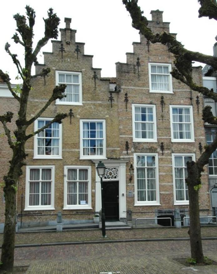 Rechts de middeleeuwse 'bank' van Geertruidenberg, het lombardenhuis en links het pand waar ooit echt geld gemaakt werd. foto Paul de Schipper