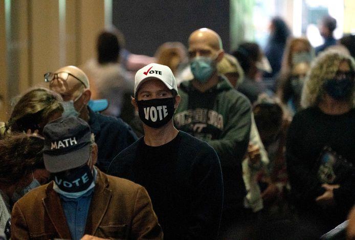 Mensen staan in de rij om vervroegd hun stem uit te brengen in New York.