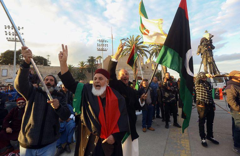 Mensen gaan in Tripoli de straat op om te demonstreren tegen Khalifa Haftar. Beeld AFP