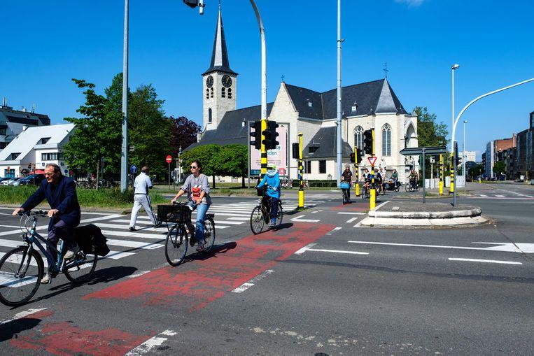 De weginfrastructuur van de kruispunten van de Grotesteenweg met de Binnensingel (R10) en de Elisabethlaan is tot op de draad versleten en de veiligheid voor zwakke weggebruikers laat de wensen over.