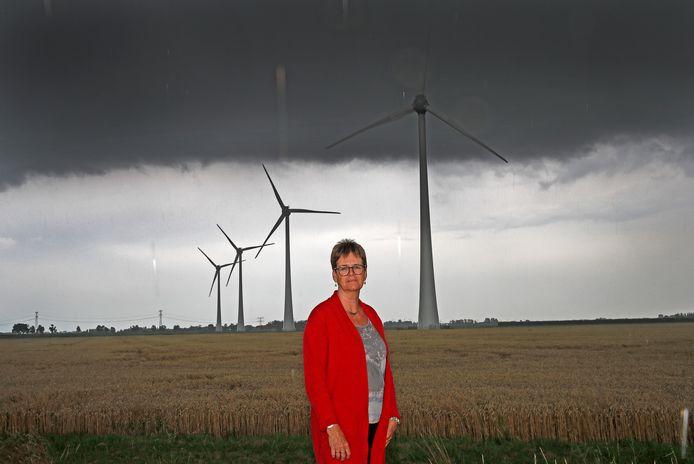 Mireille Louwerens bij de windmolens van het Spuipark.