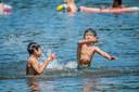Spelende kinderen op het water van de Delftse Hout