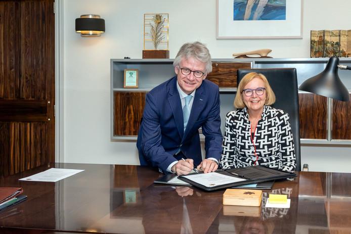 De nieuwe waarnemend burgemeester van Wijchen Marijke van Beek en commissaris van de Koning John Berends.