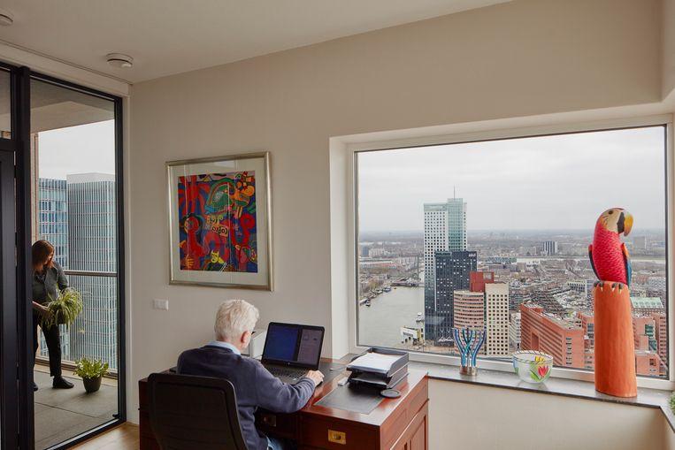 Trix van Bennekom en Han de Bruijne. 'Mensen denken misschien dat het anoniem voelt, wonen in een toren met 44 verdiepingen, maar het tegenovergestelde is waar. Ik vind het een dorp.' Beeld Lars van den Brink