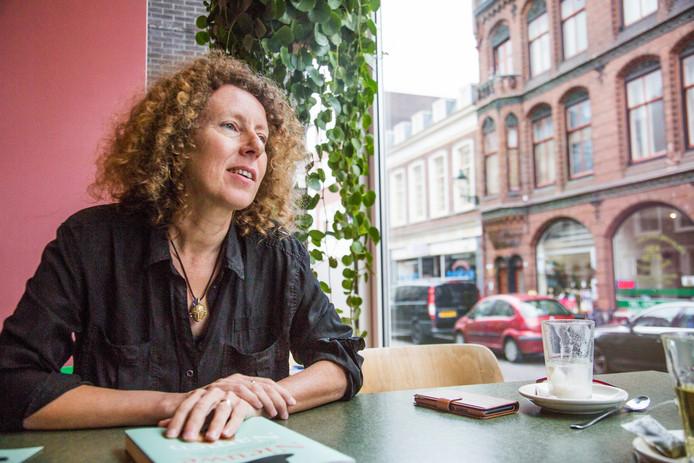 Eveline van de Putte met haar boek 'Nieuwe Namen'  over transgender ouderen.