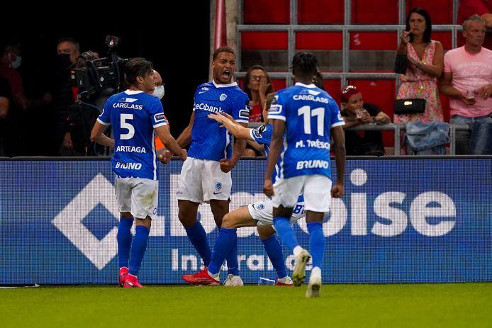 Cyriel Dessers (m.) zorgde voor de assist bij de 1-1.