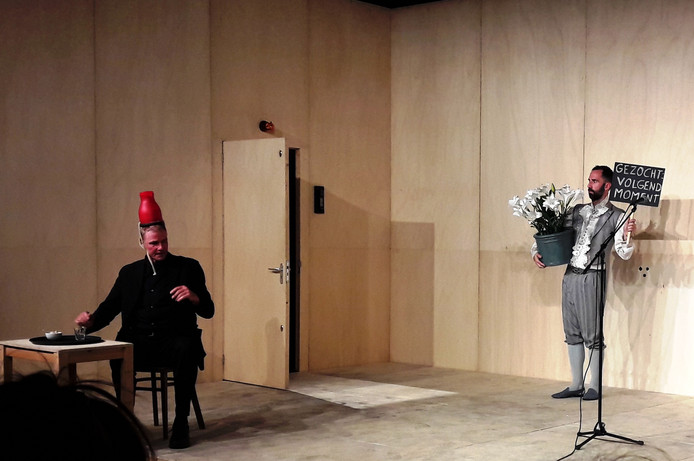 Martin Hofstra als beveiligingsman (links) en René Geerlings als artiest in Voorstelling waarin hopelijk niets gebeurt.