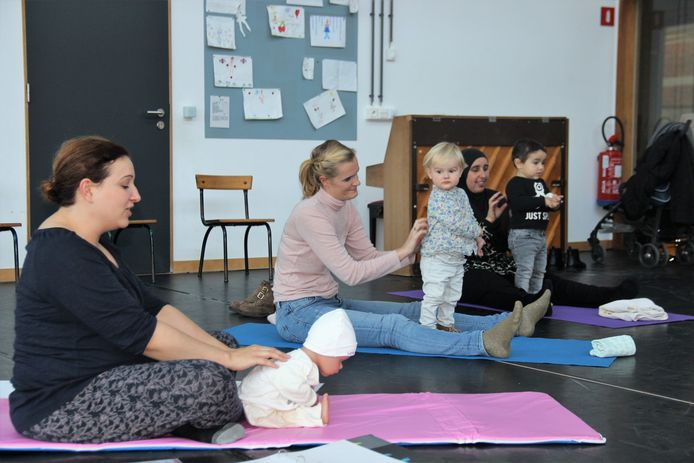 Kathleen geeft een sessie peuteryoga tijdens de Kunstendag voor kinderen.