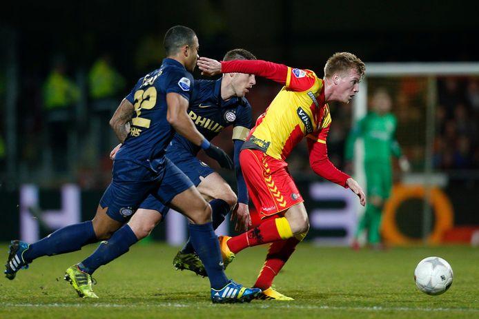 De editie van 2014: Memphis Depay en Stijn Schaars namens PSV in de jacht op Jeffrey Rijsdijk van Go Ahead Eagles