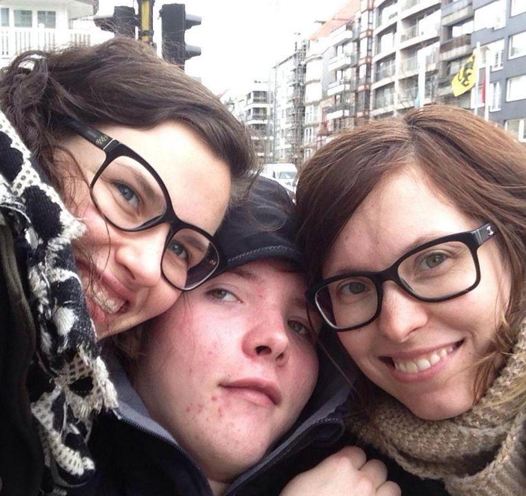 Kaat, Gert en Griet Mouton samen op de foto. Gert overleed bijna vier jaar na het ongeluk.