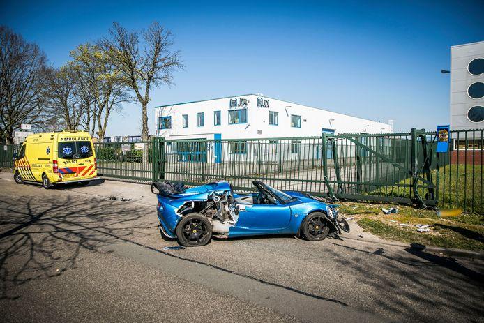 De beschadigde Lotus na het ongeluk in Dieren.