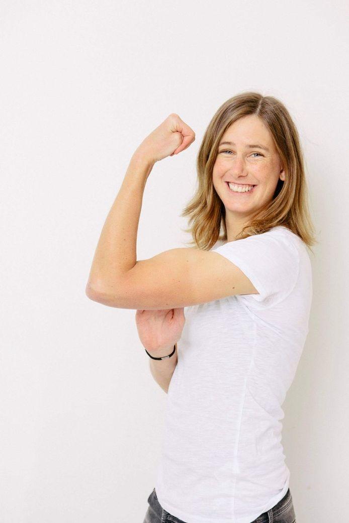 Maaike Polspoel toont haar spieren: ze volgt momenteel een master voeding en gezondheid aan de Wageningen Universiteit in Nederland.
