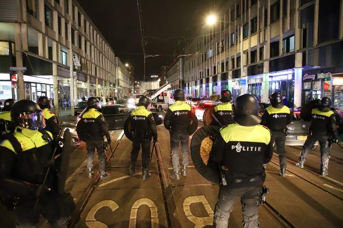De Hobbemastraat werd 'schoongeveegd' door politiemensen van het Parate Peloton (PP).