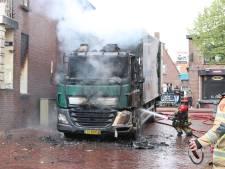 Vrachtwagen met lading drank vliegt in brand in centrum van Urk: cabine verwoest