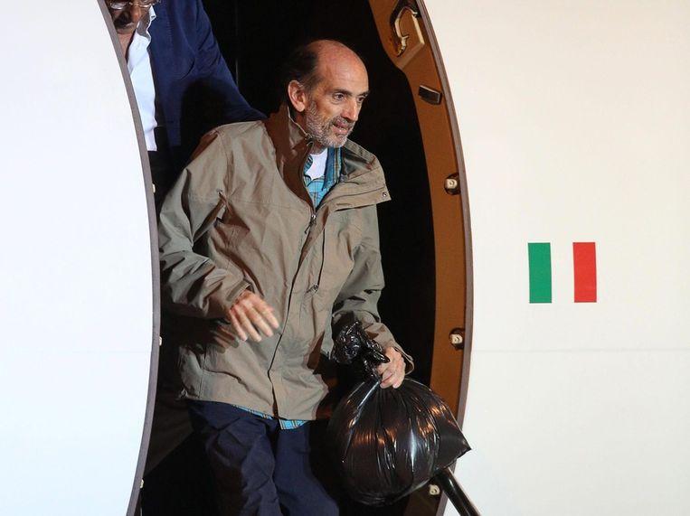 Domenico Quirico stapt uit het vliegtuig na 152 dagen gegijzeld te zijn geweest. Beeld null