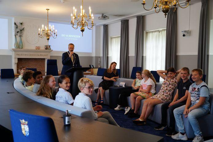 De Kinderraad van Hilvarenbeek heeft een eigen 'troonrede' geschreven, de Kindertrendrede genaamd. Het college van B en W mocht die in ontvangst nemen.